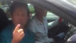 Hình ảnh người đàn ông ngồi trên xe không ngừng chửi bới, lăng mạ CSGT và dọa sẽ cách chức Giám đốc Công an Cần Thơ