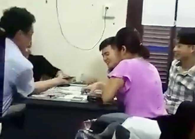 Hình ảnh nhóm cán bộ chơi bài trong giờ làm việc được cắt ra từ clip