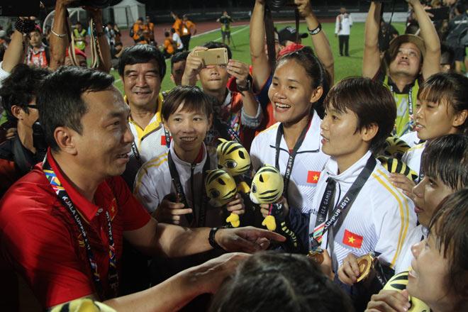 Ông Trần Quốc Tuấn – Phó chủ tịch thường trực VFF quan tâm động viên, thưởng lớn cho các tuyển thủ nữ