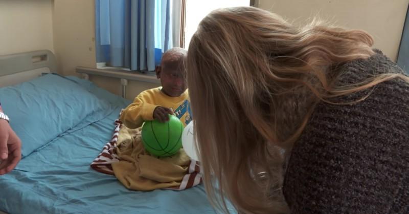 Hiện cậu đang được điều trị tại bệnh viện với sự chăm sóc của gia đình và lòng nhân ái của cộng đồng