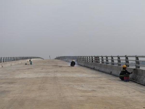 Các công nhân đang gấp rút hoàn thiện các hạng mục của cầu để ngày 31/7/2018 chính thức thông xe kỹ thuật.