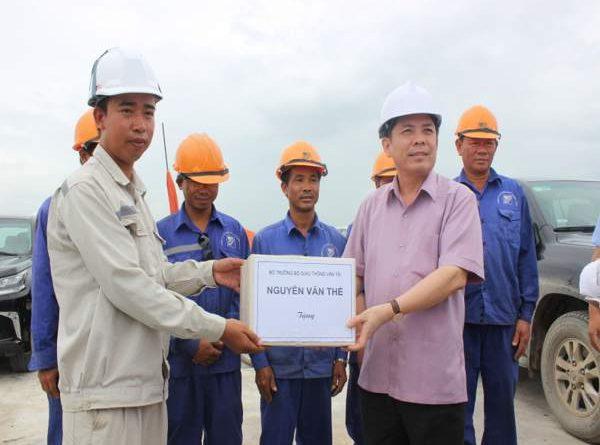 Bộ trưởng trao quà cho công nhân trên công trường thi công dự án cầu Việt Trì - Ba Vì