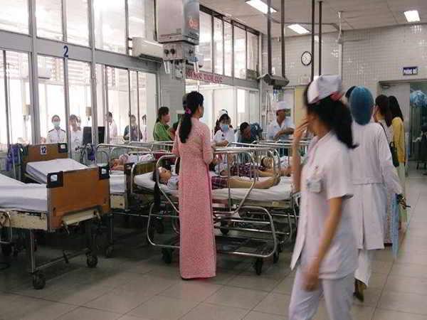 Sập giàn giáo khiến 25 học sinh bị thương khi dự lễ 20/11 ở Sài Gòn