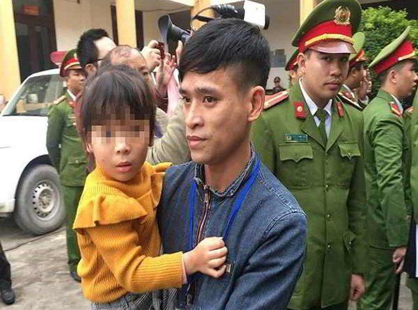 Bé gái được vào phòng để thăm bố là bị cáo trong vụ chạy thận chết 9 người