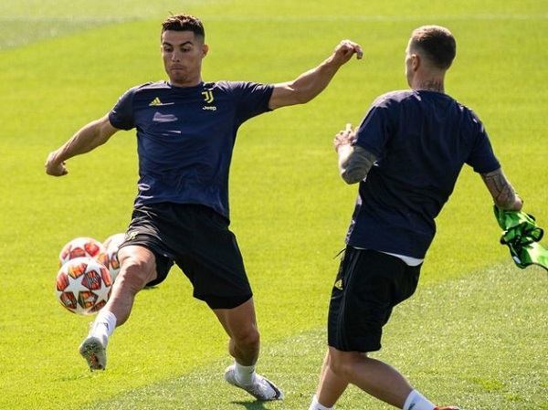 Ronaldo sẽ đá chính trong trận đại chiến với Ajax Amsterdam
