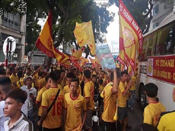 CĐV Nam Định quậy phá sân Hàng Đẫy