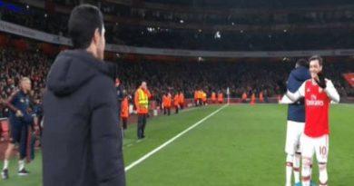 HLV Mikel Arteta chạy đến động viên Ozil ngay khi kết thúc trận đấu
